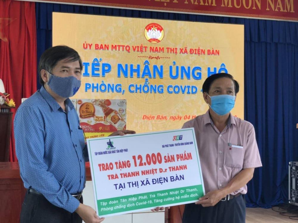 Đại diện lãnh đạo Đài PT-TH Quảng Nam trao tặng 12.000 sản phẩm Trà thanh nhiệt Dr Thanh cho lãnh đạo UBND thị xã Điện Bàn – Quảng Nam. Ảnh: THP cung cấp