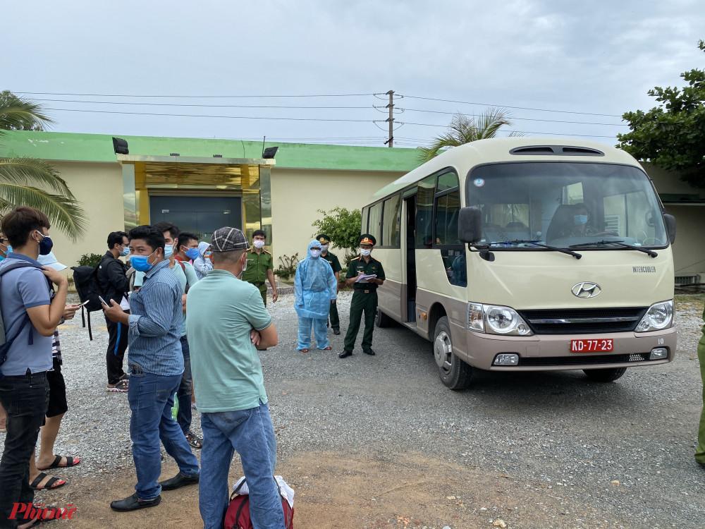 Lực lượng quân đội sau khi kiểm tra chặt tại chốt kiểm tra Y tế số 5 ở thị trấn Lăng Cô sẽ đưa những người Huế về từ Đà Nẵng, Quảng Nam, Quảng Ngãi đi cách lý tập trung ở xã Phú Thượng
