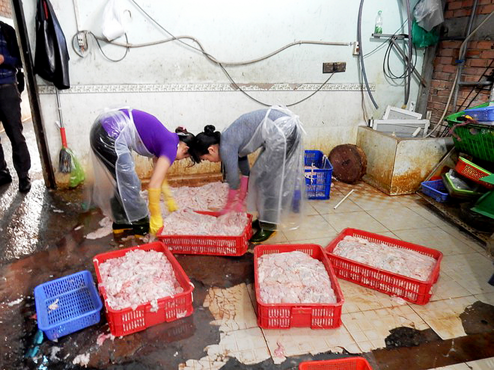 Những túi lòng heo bẩn không rõ nguồn gốc được đưa về một cơ sở ở Q.6, TP.HCM  chờ xuất đến các quán ăn lề đường