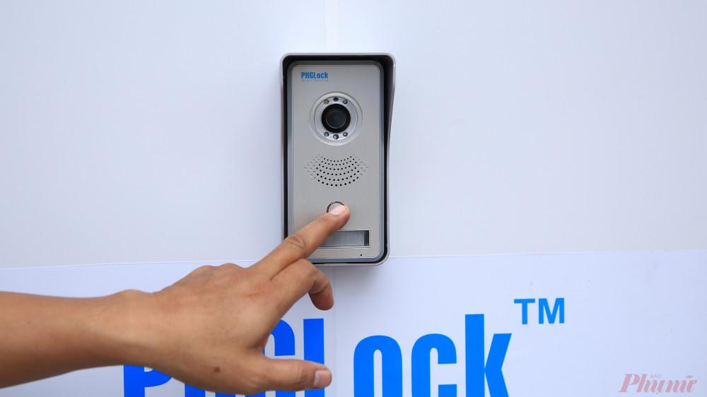 Camera của ATM để nhận diện khuôn mặt của người nhận khẩu trang.
