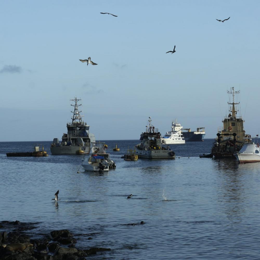 Tháng trước, Ecuador báo động về việc phát hiện hàng trăm tàu cá Trung Quốc gần quần đảo Galapagos - Ảnh: The Guardian