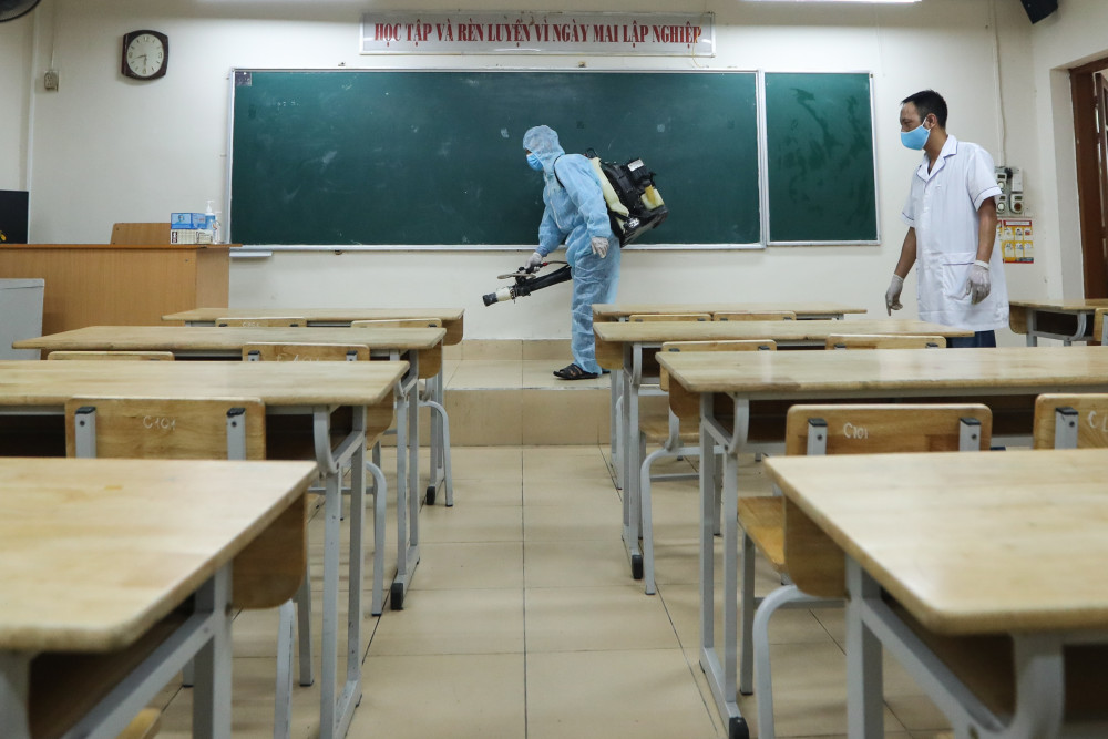 Khử khuẩn tại điểm thi trường THPT Phan Đình Phùng (Hà Nội)