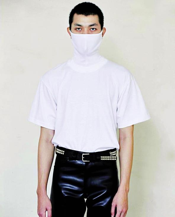 Thiết kế áo thun cao cổ liền khẩu trang của một thương hiệu Thái Lan ra mắt vào lúc cả thế giới chống dịch quả thật rất hữu ích. Người dùng chẳng cần phải mang theo khẩu trang bên cạnh vì chiếc áo 2 trong 1 đã tích hợp đầy đủ các tính năng, đó là vừa mang tới phong cách sành điệu vừa giúp bảo vệ sức khỏe khi ra ngoài