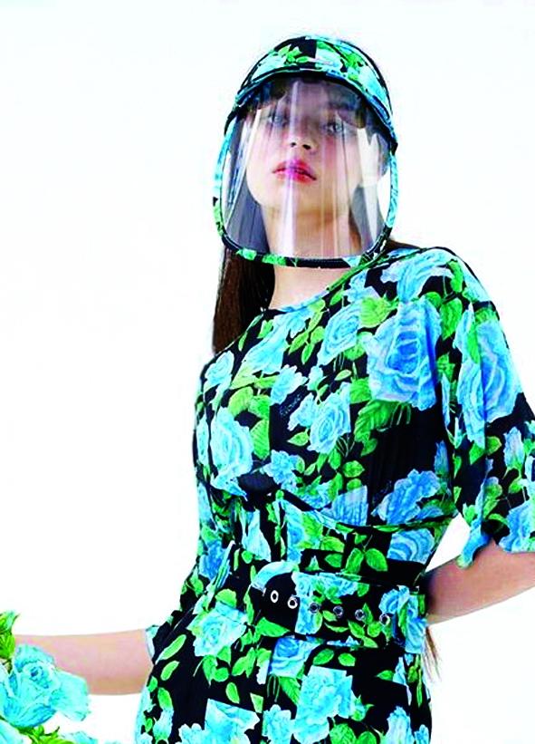 Nhiều nhà mốt châu Á đã cho ra mắt váy áo và khẩu trang ton-sur-ton về màu sắc cũng như họa tiết để tạo điểm nhấn. Không lâu sau đó, chiếc mũ nhựa ngăn giọt bắn cũng được ra đời và cách điệu trở nên ấn tượng cùng trang phục lẫn khẩu trang