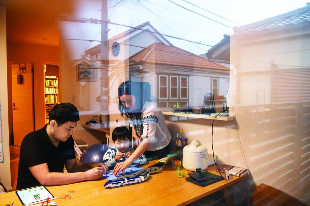 Tại Nhật Bản, hình ảnh cả gia đình quây quần bên nhau như thế này khá hiếm hoi. Gia đình anh Hiromasa Tsuzaki, quản lý tại một công ty ở Tokyo, trong ngôi nhà của họ - Ảnh: the New York Times