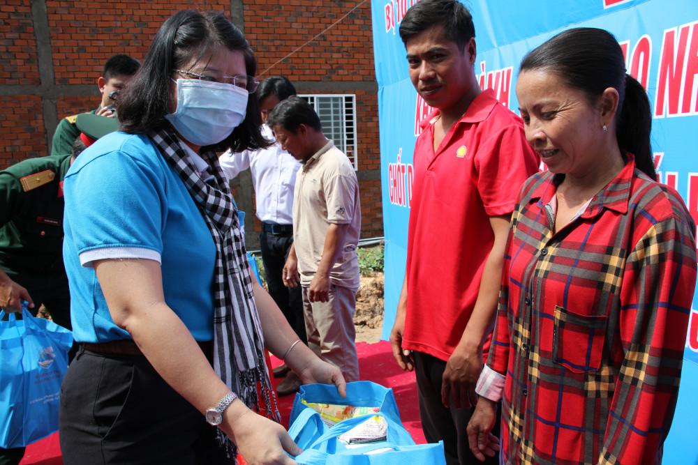 Bà Trần Thị Huyền Thanh - Phó Chủ tịch Hội LHPN TP tặng quà chúc mừng 10 hộ dân có nhà mới khang trang.