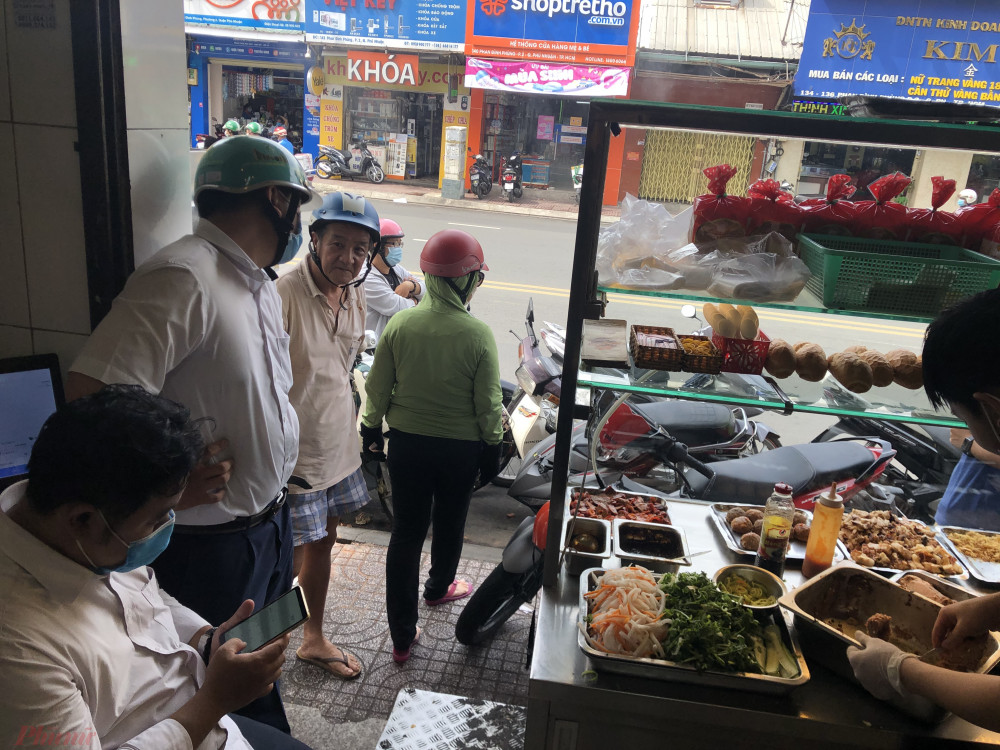Theo ghi nhận của phóng viên Báo Phụ Nữ TPHCM lượt khách đến mua bánh mì bóng đêm tại đây khá đông và đều đặn. Từ 7g sáng khách đã bắt đầu đứng đợi mua bánh mì màu đen về chấm sữa, có người mua bánh mì màu đen kẹp với thịt có bán sẵn tại tiệm.