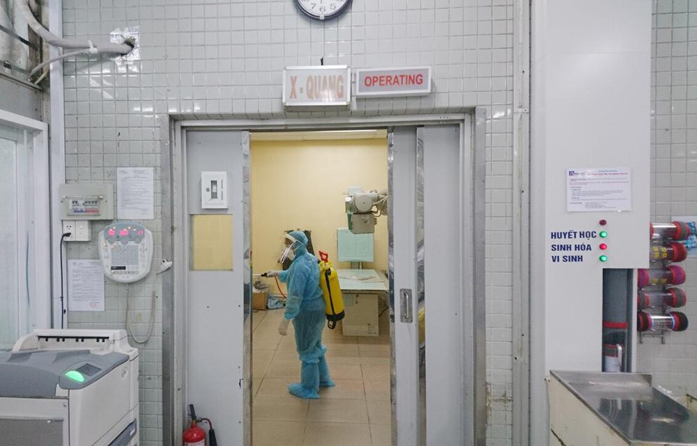 Bệnh viện Chợ Rẫy TPHCM phun xịt khử trùng tại các khoa phòng