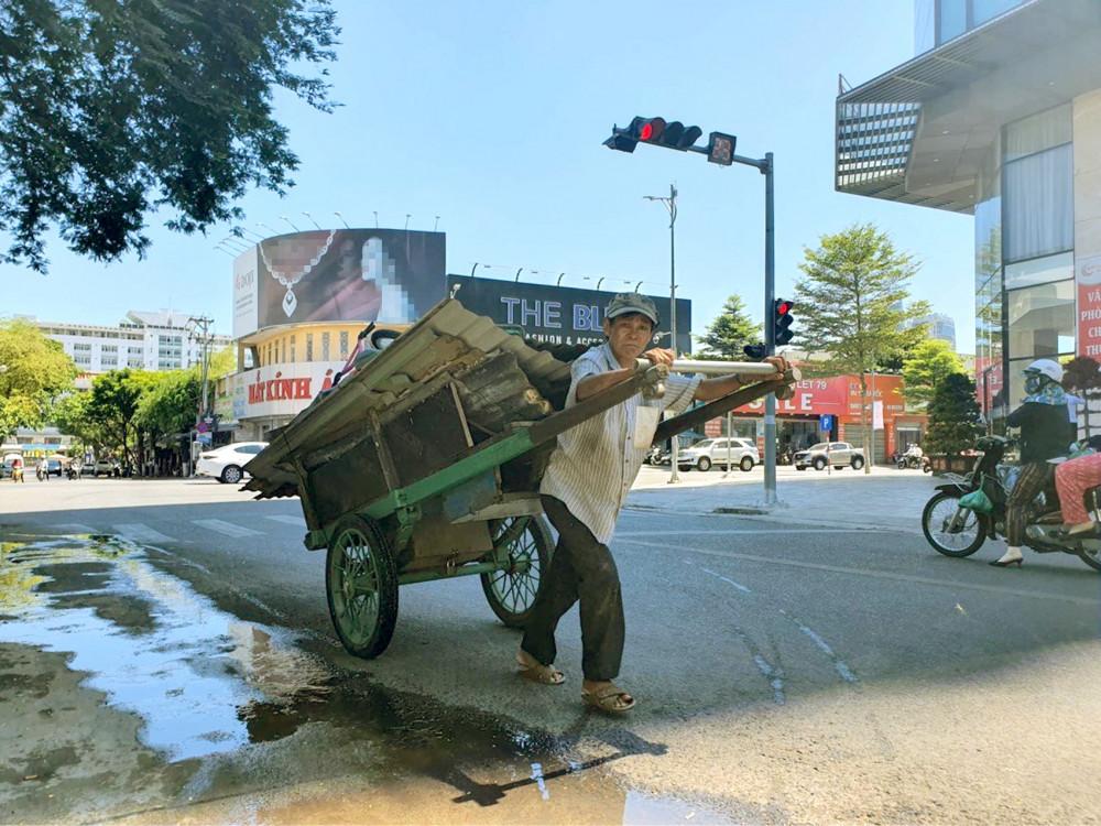 Chuyến hàng cuối cùng của người đàn ông bán ve chai trước khi Đà Nẵng thực hiện Chỉ thị 16 - Ảnh: Lê Đình Dũng