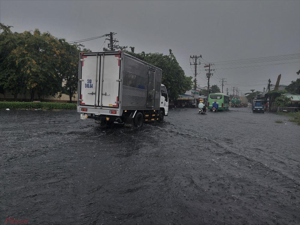 Trận mưa chiều ngày 6/8 kéo dài hơn 4 giờ đồng hồ khiến nhiều tuyến đường ở TPHCM bị ngập nặng. Đường Hồ Học Lãm, quận Bình Tân cũng bị ngập khoảng nửa mét khiến các phương tiện di chuyển khó khăn.