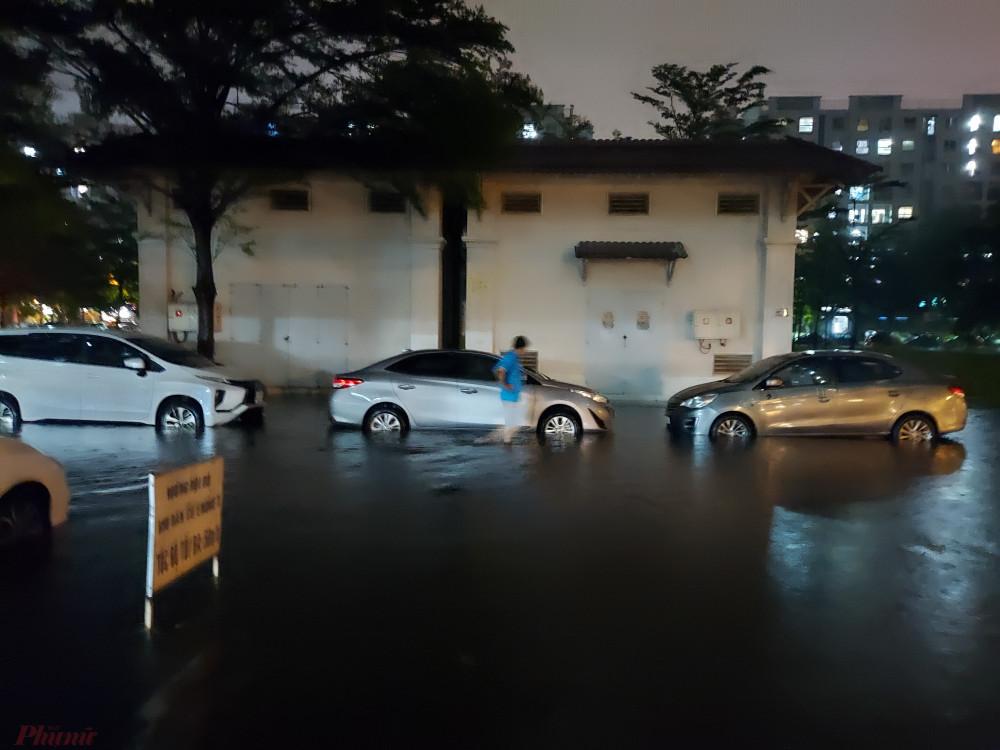 22 giờ 30, nhiều người dân hoảng hốt khi phát hiện xe mình đã bị ngập nước khá cao.