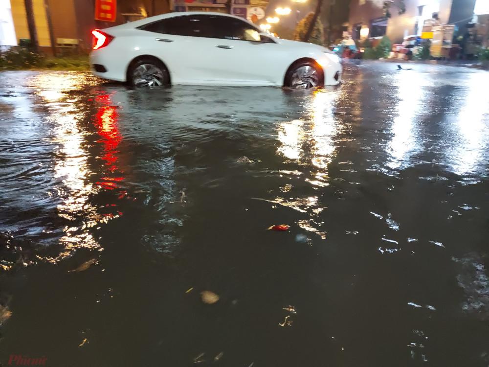 """Nhiều người hớt hãi đưa xe khỏi """"rốn ngập"""" để tránh hư hỏng."""