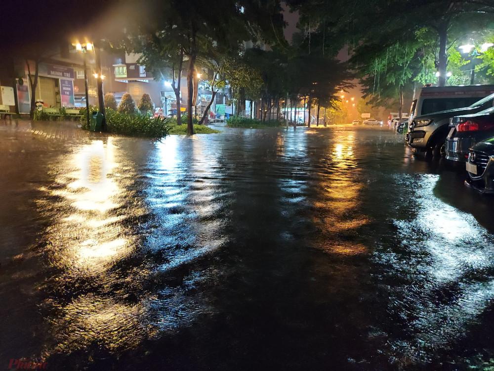 Nước ngập ở chung cư Ehoem 3 ngày một dâng cao. Đến 22 giờ, có nơi nước ngập đã dâng lên nửa mét khiến cư dân ở đây rất lo lắng.