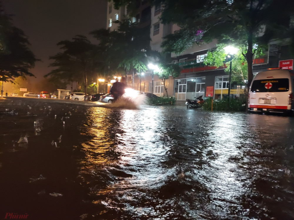 Đường vào chung cư Ehome 3, phường An Lạc, quận Bình Tân như một dòng sông.