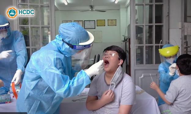 TP.HCM lấy mẫu xét nghiệm virus SARS-CoV-2 với người đến từ Đà Nẵng. Ảnh: HCDC