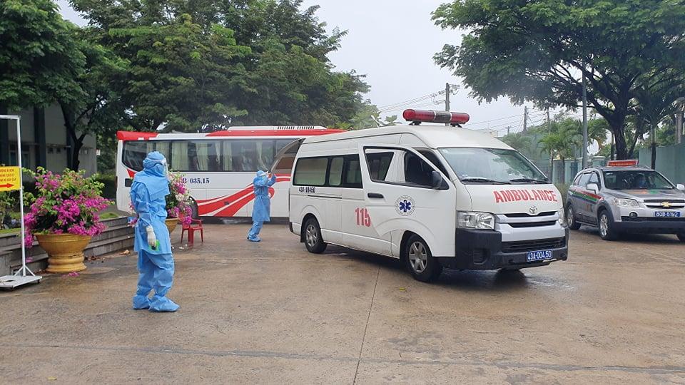 Phun khử khuẩn xe cấp cứu tại Đà Nẵng, ảnh Lê Đình Dũng