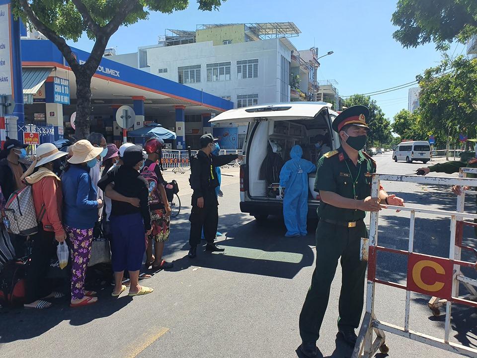 Nhân viên y tế phong tỏa một khu vực tại Đà Nẵng, ảnh Lê Đình Dũng