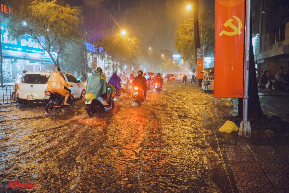 Tuyến đường ngập nghiêm trọng trong nhiều giờ