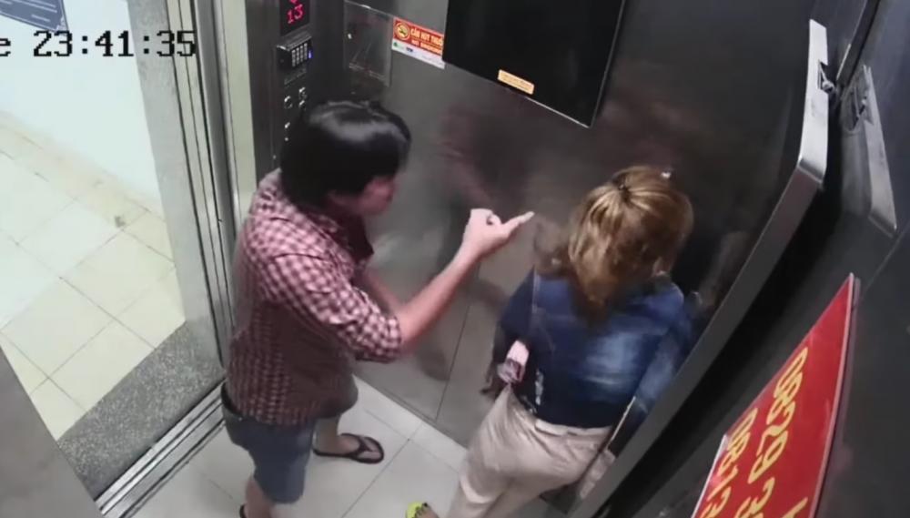 Cô gái này không có hành động phản kháng để bảo vệ mình khi bị bạn trai bạo hành trong thang máy. Hình cắt từ clip