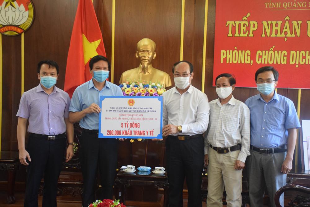Để hỗ trợ tỉnh Quảng Nam trong việc phòng, chống dịch COVID- 19, TP. Hải Phòng đã ủng hộ 5 tỷ đồng và 200 nghìn khẩu trang y tế