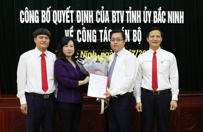 Ông Nguyễn Nhân Chinh (thứ hai từ phải qua) nhận quyết định giữ chức Bí thư Thành ủy Bắc Ninh. Ảnh: Tỉnh đoàn Bắc Ninh.