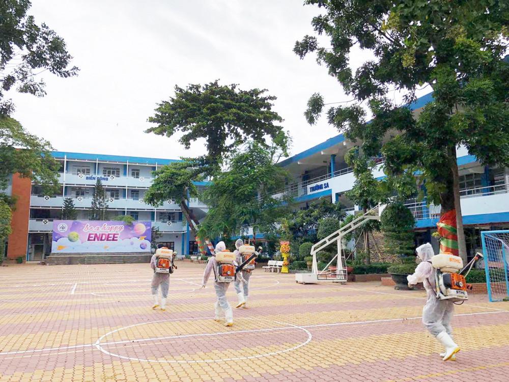 TP.HCM khử khuẩn phòng dịch COVID-19 tại các điểm thi trước ngày thi tốt nghiệp trung học phổ thông - Ảnh: Thanh Thanh