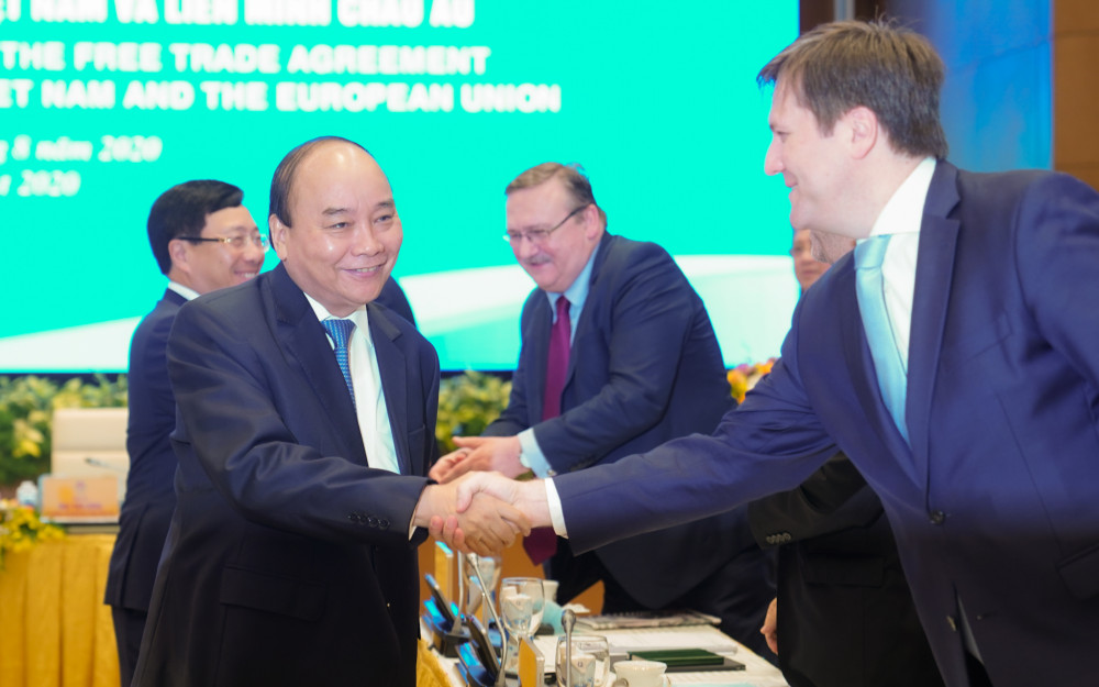 Thủ tướng Nguyễn Xuân Phúc chào mừng các vị khách quốc tế tại Hội nghị. Ảnh: VGP/Quang Hiếu
