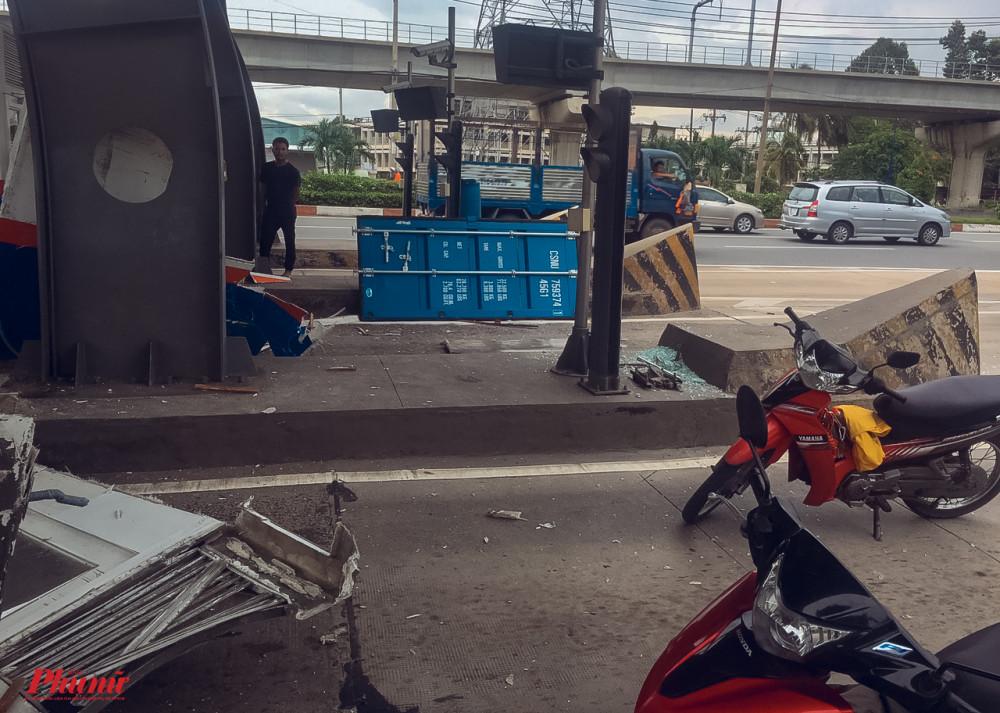 Nắp thùng xe container rơi xuống đường sau cú va chạm mạnh