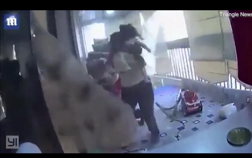Người bảo mẫu cứu con gái chủ nhà. Ảnh cắt từ video. Nguồn: Internet