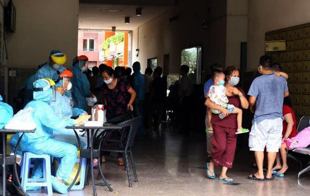 Lấy mẫu xét nghiệm SARS-CoV-2 cho cư dân chung cư Thái An 2, quận 12, TP.HCM.