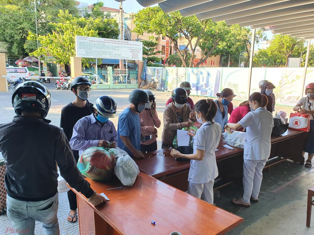 Người dân gửi đồ tiếp tế cho thân nhân trong Bệnh viện Đà Nẵng trước ngày thành phố thiết lập lệnh phong tỏa