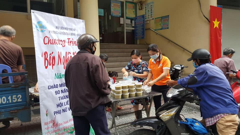 Bếp hoạt động ngay trước cổng UBND P. Nguyễn Thái Bình.