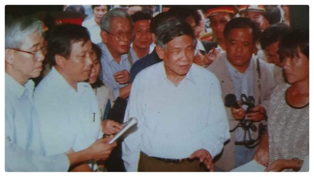 Bác Phiêu về thăm làng Hòa Duân sau lũ lịch sử năm 1999 ảnh: TL