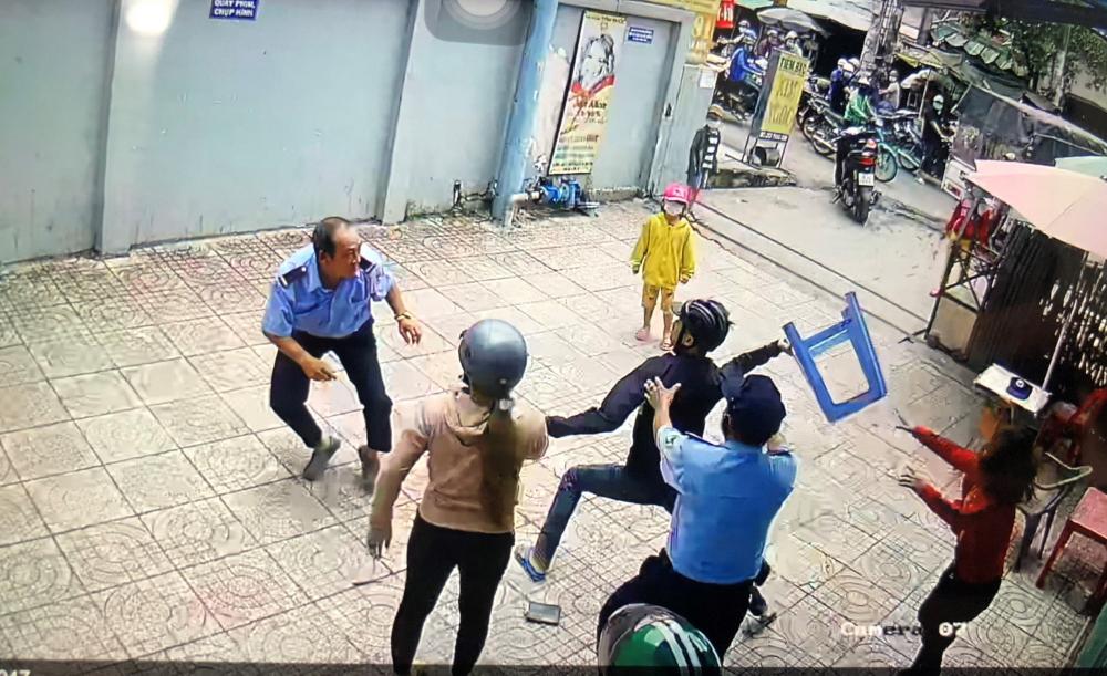 Hình ảnh vụ việc cắt từ camera an ninh.