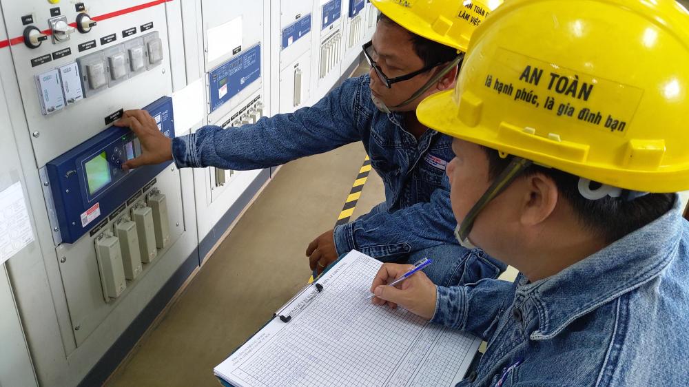Công nhân EVNHCMC đang kiểm tra vận hành trạm 110kV