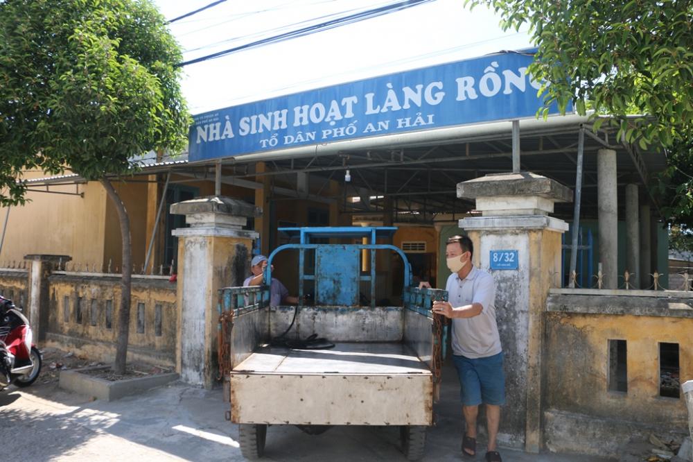 Từ sáng sớm người dân đã ghé đến làng Rồng dọn dẹp vệ sinh tại Nhà  văn hóa cộng đồng, công trình do bác Lê Khả Phiêu tặng vào năm 2000