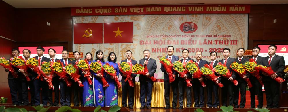 Ông Phạm Quốc Bảo, Bí thư Đảng ủy EVNHCMC (giữa) cùng ban chấp hành nhiệm kỳ 2020-2025 ra mắt  và nhận nhiệm vụ.