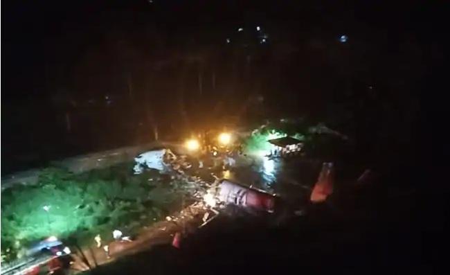 Chiếc máy bay hạ cánh trong điều kiện mưa lớn nên đã trượt khỏi đường băng.