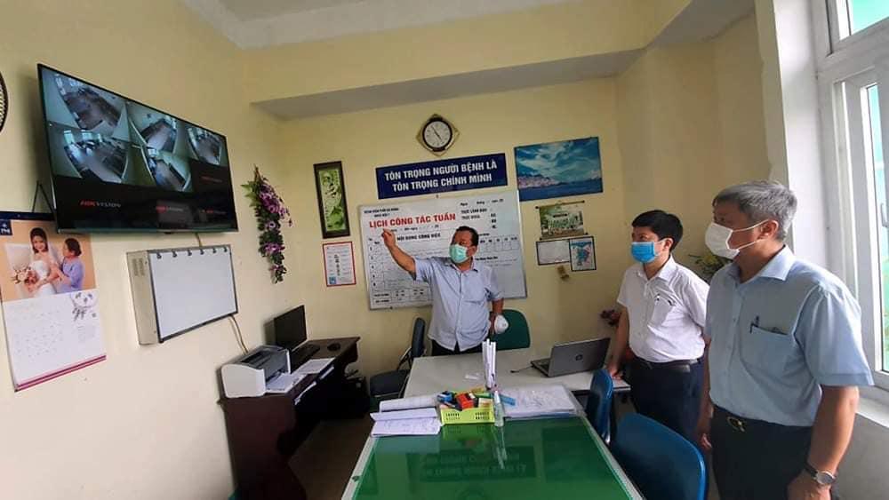 Thứ trưởng Nguyễn Trường Sơn và Phó Cục trưởng Cục Quán lý Khám chữa bệnh làm việc