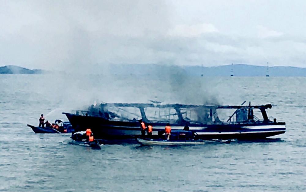 Tàu chở khách du lịch Phương Nam bị cháy trơ khung.