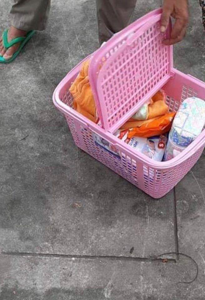 Bé trai mới sinh khoảng 10 ngày được đặt trong giỏ nhựa để ở công viên