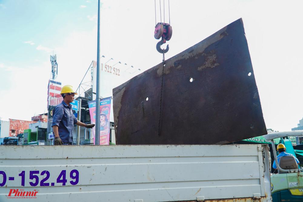 Các tấm thép lớn được chuyển đến hiện trường, hỗ trợ công tác khắc phục sự cố