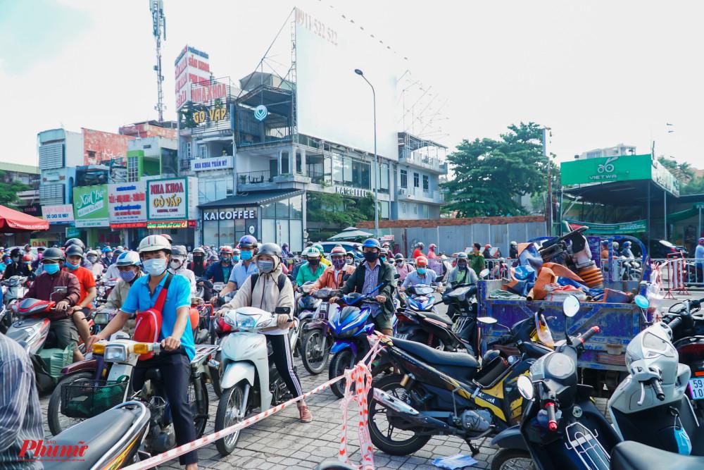 Tuy nhiên, do rơi vào buổi sáng, lượng phương tiện đông khiến giao thông ùn ứ, di chuyển khó khăn qua khu vực này
