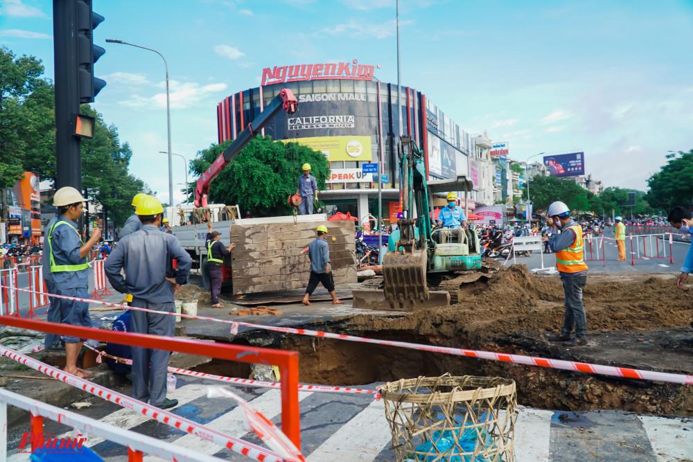 Công nhân thuộc Công ty Thoát nước Đô thị TPHCM đã làm việc từ khuya để khắc phục sự cố
