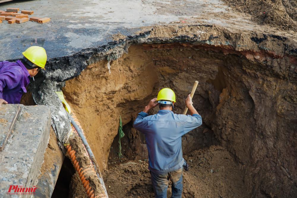 Hố có độ sâu khoảng 2m, diện tích bề mặt khoảng 10m2