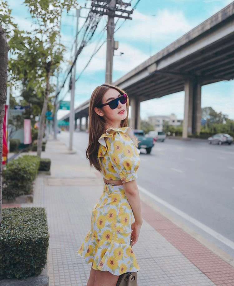 """Các cô gái Thái Lan mùa hè này lăng xê mốt váy đuôi ca dáng ngắn có hoạ tiết hoa rực rỡ được phối cùng áo croptop đồng điệu giúp """"nâng tầm"""" phong cách thời trang đường phố."""