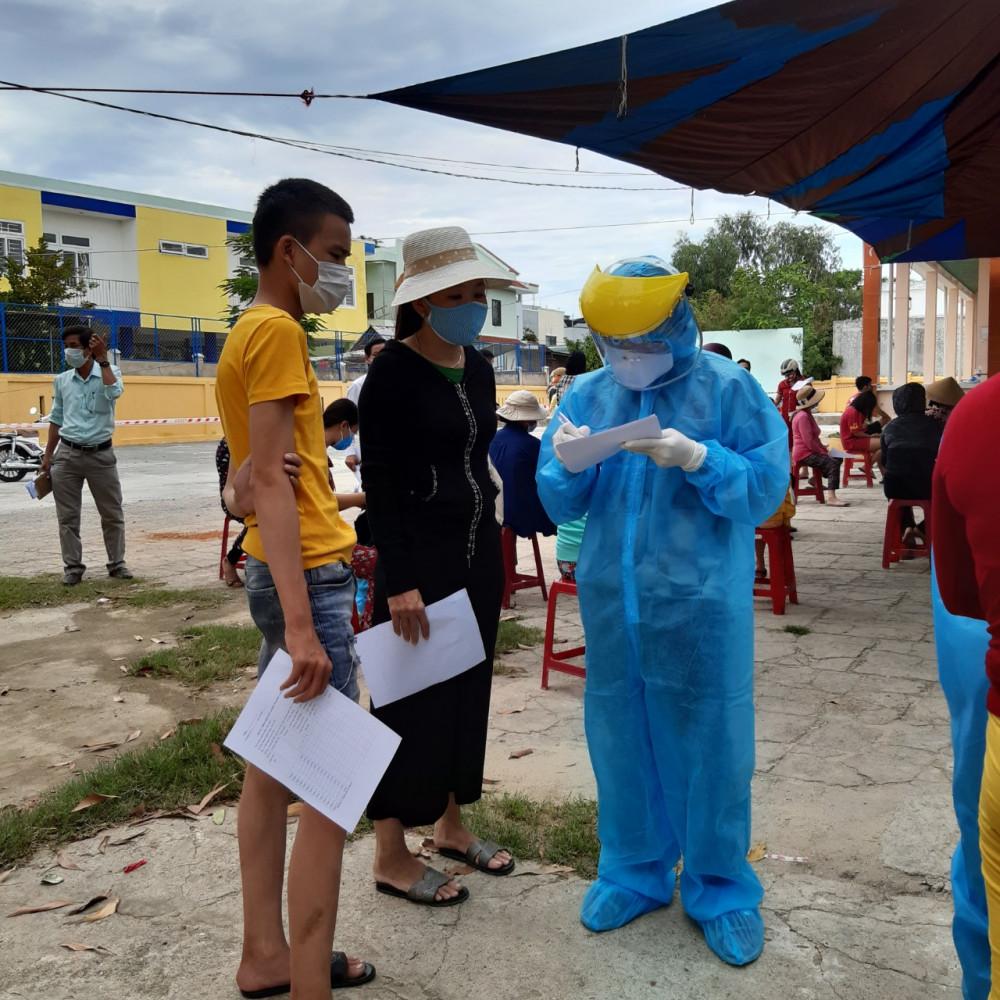 Việc lấy mẫu gộp được tiến hành ở các quận huyện có dịch trong cộng đồng
