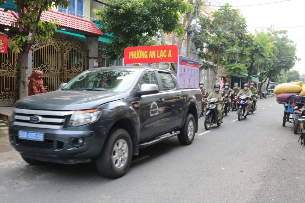 Trước đó 2 ngày, phường Tân Tạo A đã ra quân tuyên truyền trên khắp các tuyến đường phụ trách, rải truyền đơn đến từng hộ gia đình