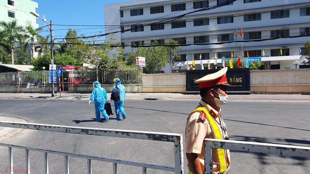 Chiến sỹ CSGT làm nhiệm vụ tại chốt phong tỏa trước Bệnh viện C Đà Nẵng