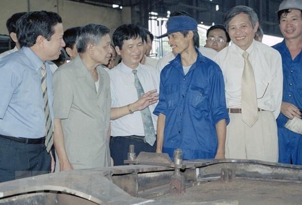 Tổng Bí thư Lê Khả Phiêu thăm hỏi công nhân phân xưởng đóng mới nhà máy xe lửa Gia Lâm, ngày 27/8/2000 - Ảnh: Anh Tôn/TTXVN)